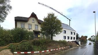 Vorübergehend hat Fischbach-Göslikon zwei Gemeindehäuser – das alte (links) wird bald abgebrochen.