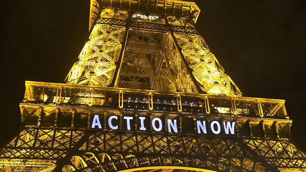 """Der Eiffelturm war am Sonntag mit der Aufforderung """"Action now"""" (jetzt handeln) beleuchtet"""