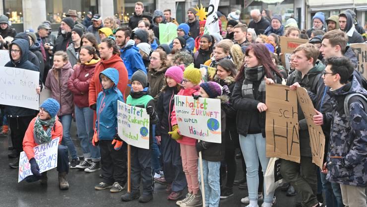 Zwischen 100 und 150 Schüler und Teilnehmende aus der Bevölkerung marschierten durch die Stadt.