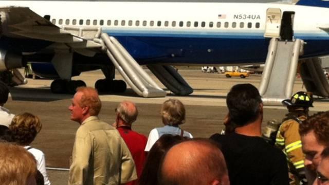Aus diesem Flugzeug wurden die Passagiere per Notrutsche evakuiert