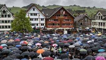 Ein Meer von Regenschirmen: Die Landsgemeinde in Appenzell