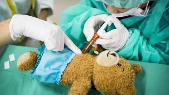 Der Nationalrat will erwerbstätigen Eltern einen Betreuungsurlaub von bis zu 14 Wochen gewähren, wenn ihre Kinder schwer krank sind. (Symbolbild)