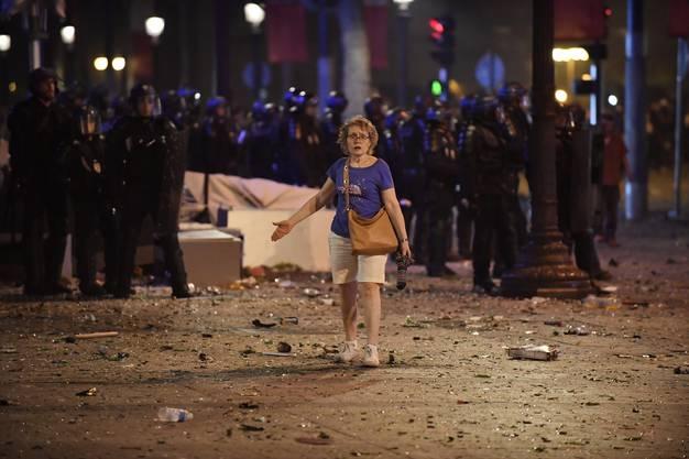 In der Nacht auf Montag kam es während und nach den Jubelfeiern über den Sieg bei der Fussballweltmeisterschaft zu zahlreichen Ausschreitungen und Plünderungen in ganz Frankreich.