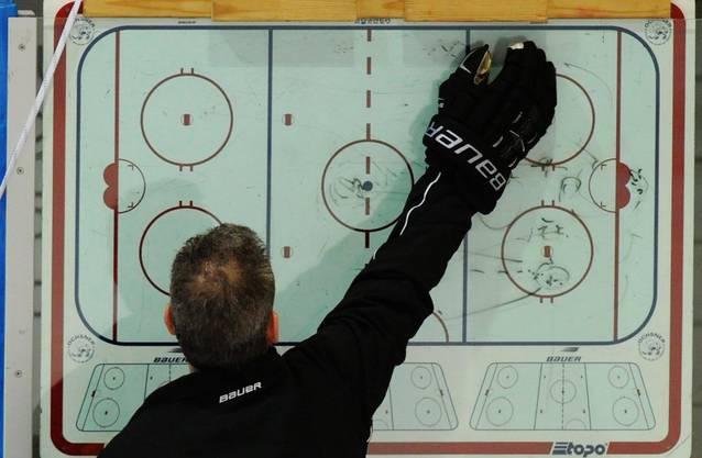 Head Coach Sean Simpson putzt die Taktiktafel anlässlich des Trainings der Schweizer Eishockey Nationalmannschaft am Dienstag, 6. November 2012, in Winterthur.