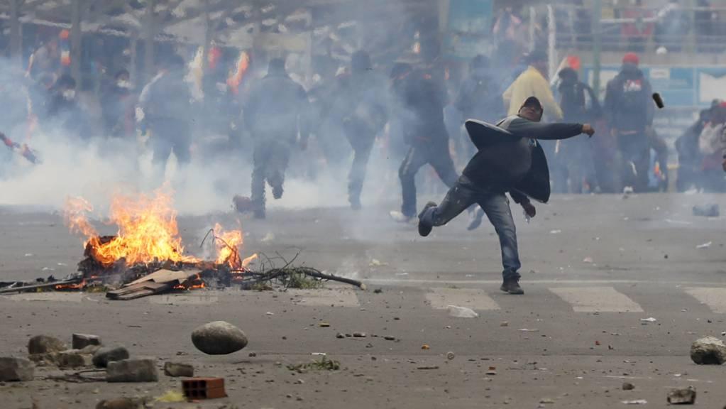 Anhänger des gestürzten bolivianischen Präsidenten Evo Morales werfen in der Hauptstadt La Paz Steine auf Polizisten.