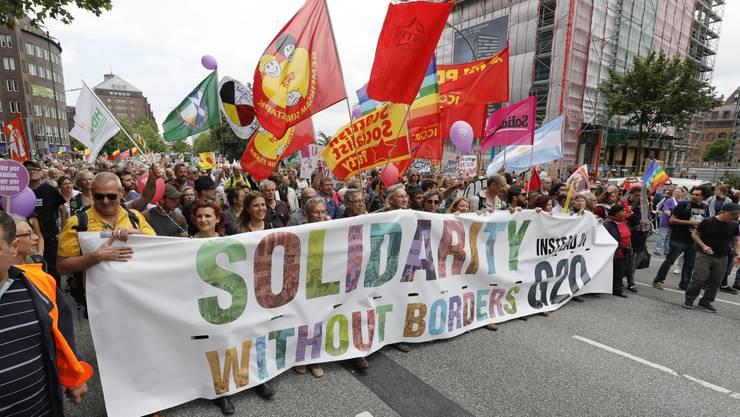 """Die Teilnehmer der Demonstration """"Grenzenlose Solidarität statt G20"""" in Hamburg."""