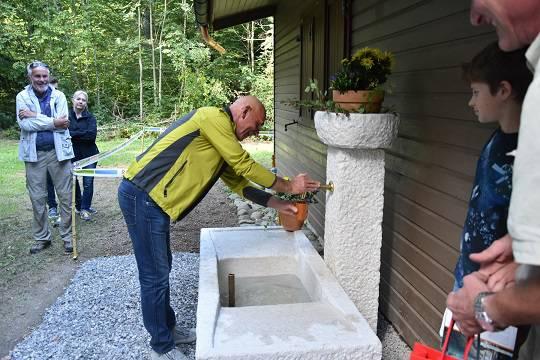 Spender Felice Vögele darf als erster einen Schluck Freienwiler Wasser aus seinem Brunnen trinken.