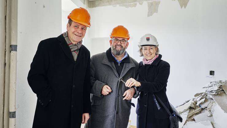 Stadtbaumeister Jan Hlavica, Abteilungsleiter Pflegeheime Rupert Studer und Stadträtin Angelica Cavegn Leitner mit einem symbolischen Schlüssel.