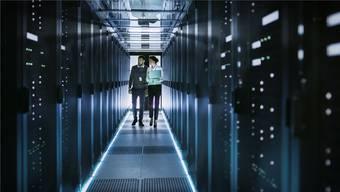 Ein Serverraum wie dieser kann Datenspeicherplatz in die ganze Welt vermieten. Solche Rechenzentren verschlingen raue Mengen an Strom.