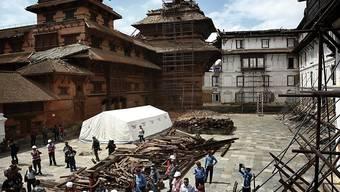 Vertreter der Geldgeber schauen sich die Zerstörungen in Kathmandu an (Archiv)