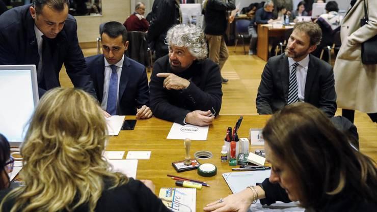 Beppe Grillo (Mitte) legt sich wenige Wochen vor der Parlamentswahl ins Zeug. Wegen der drastischen Auswirkungen der Digitalisierung fordert er nun eine drastische Kürzung der Wochenarbeitszeit.