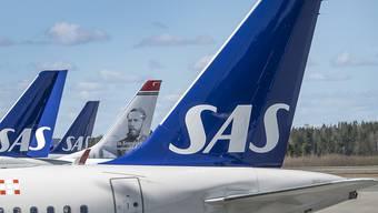 Die skandinavische Fluggesellschaft SAS hat angesichts der Corona-Krise im April einen Passagiereinbruch von fast 96 Prozent erlitten. (Archivbild)