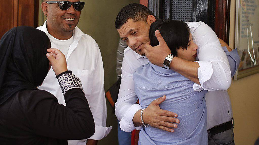 Die biologischen Eltern (rechts) des gekidnappten Mädchens umarmen sich vor Gericht.