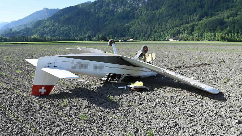 Das Kleinflugzeug des Typs Brändli BX-2 (Cherry) blieb nach der missglückten Notlandung in einem Feld bei Bad Ragaz SG auf dem Dach liegen. Der 59-jährige Pilot kam mit dem Schrecken davon.