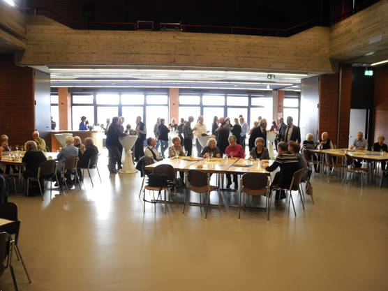 Gemütliches Zusammensein im Gemeindesaal von Oberengstringen