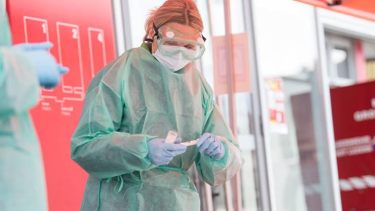 Mitarbeiterin in einem Corona-Testzentrum.