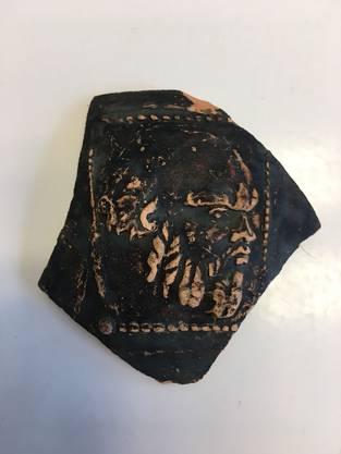 Darstellung des griechischen Philosophen Sokrates auf einer Keramikscherbe.