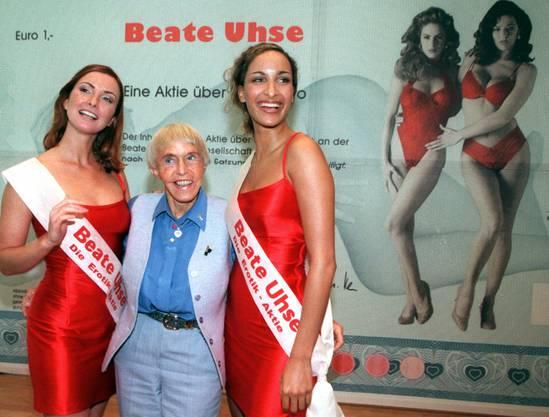 Beate Uhse mit zwei jungen Damen im Arm: Hier präsentierten sie eine Aktie ihres Erotikunternehmens (19. Mai 1999, in Frankfurt/Main)