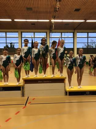 Die Turnerinnen von KUTU Obersiggenthal an der AG Meisterschaft 2019 (v.l.n.r.): Emily, Lucia, Edna, Simona, Fatou, Öykü und Melina vom P1 neben Chiara (P4) und Corina (P5).