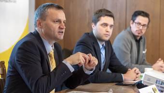 Bernhard Guhl, Philippe Tschopp und Lukas Wopmann (von links) erklären die Amtsenthebungs-Initiative.