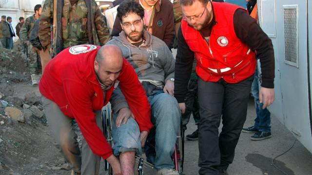 Helfer evakuieren Menschen aus Homs (Archiv)