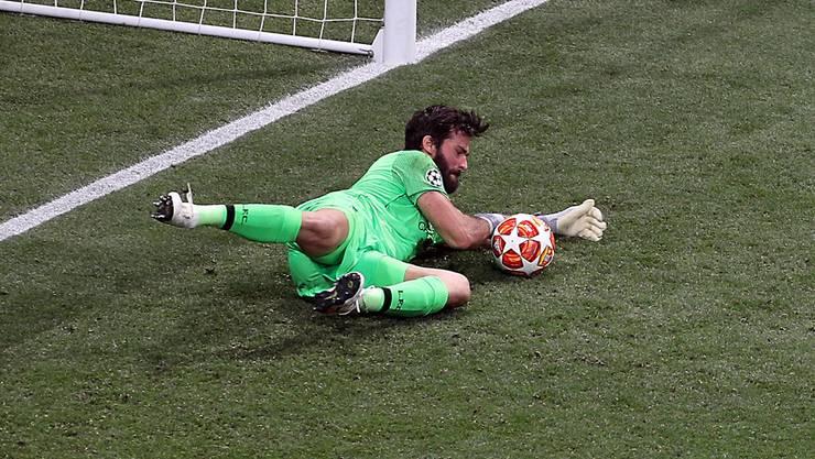 """Allison Becker – 5,5 """"Er macht, dass schwierige Dinge leicht aussehen"""", sagte Jürgen Klopp über seinen brasilianischen Keeper. Wie recht er doch hat. Nie hat ein Goalie in einem Final mehr Schüsse aufs Tor gekriegt – er pariert sie alle."""
