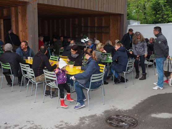 Die auf dem Gelände der Pflästerli-Fabrik in Brugg ansässigen Betriebe stellen sich vor.Das kulinarische Angebot auf dem Firmengelände war grossteils kostenlos.