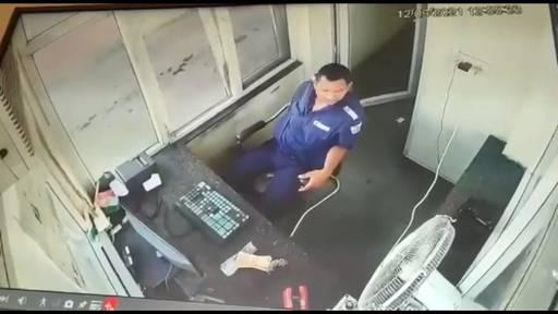 Lastwagen prallt in Mautstelle – Mitarbeiter kann sich in letzter Sekunde retten