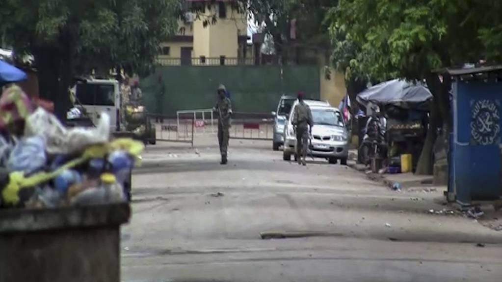 Das Videostandbild zeigt nicht identifizierte Soldaten in der Nähe des Präsidentenpalastes. Nach einem mutmasslichen Putschversuch ist die Lage in Guinea unklar.