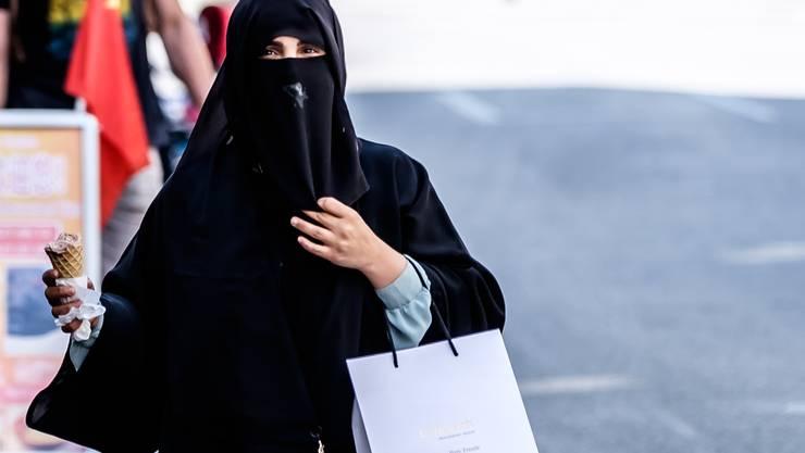 Eine Burkaträgerin in Interlaken.