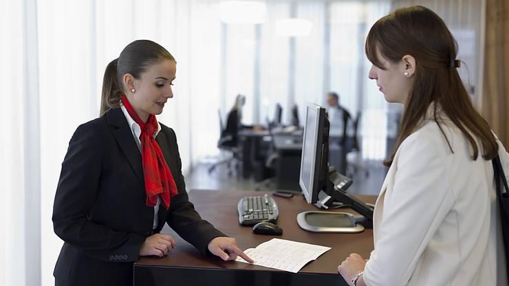 z. B. BuchhalterIn, Kaufmann/-frau, KundenberaterIn, BankangestellteR, KundenbetreuerIn, AussendienstmitarbeiterIn, DirektionsassistentIn, EinkäuferIn, ImmobilienbewirtschafterIn, HilfsbuchhalterIn, LiegenschaftsverwalterIn, GeschäftsagentIn, usw.