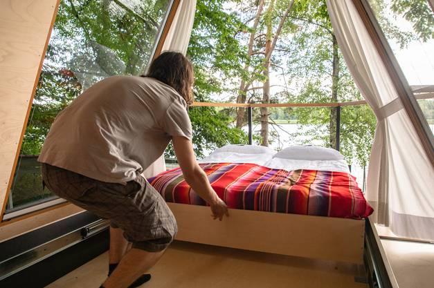Das Bett im Seeglashaus kann hinausgeschoben werden.