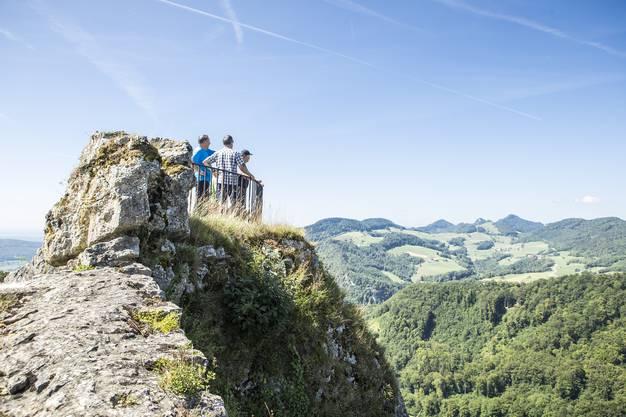Die Leserwanderer nehmen die Burgruine Frohburg ein. Im Hintergrund der Belchen. In der neunten Etappe ging es von Trimbach auf die Frohburg und zum Schloss Wartenfels.