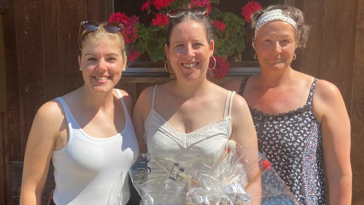 Das neue Ehrenmitglied Marlen Kälin flankiert von den Co-Präsidentinnen Denise Hauser (links) und Corinne Hauser
