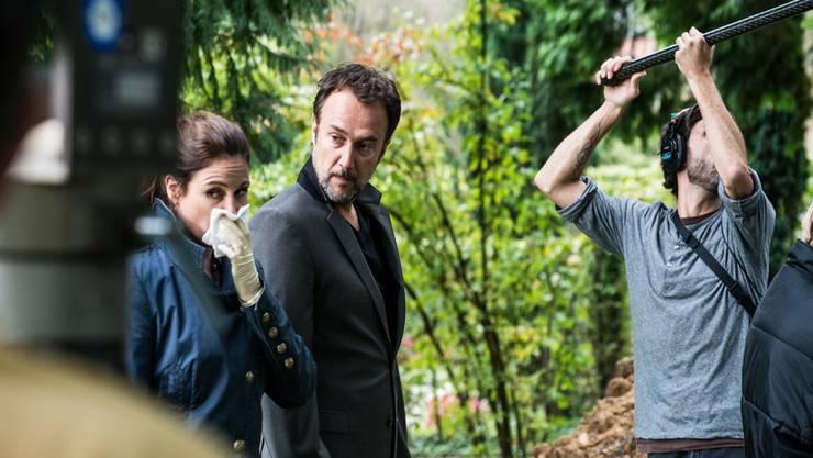 Ernste Miene bei Pedro Lambert alias Carlos Leal auch beim vierten Mal Drehen derselben Szene. Neben ihm Kommissarin Anna-Maria Giovanoli.