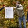 Simon Lutz (Mitte) überreicht gemeinsam mit Kollegen den offenen Brief an die Regierung.