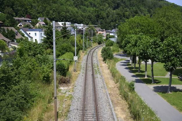 Die Gleise der ehemaligen Nationalbahn: Die Strecke wird kaum noch befahren. Wiederholt kommt der Wunsch auf, sie für ein Stadttram umzunutzen.