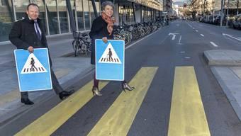 Genf schreitet voran: Staatsrat Serge Dal Busco und Stadtpräsidentin Sandrine Salerno präsentieren die neuen, weiblichen Strassenschilder.