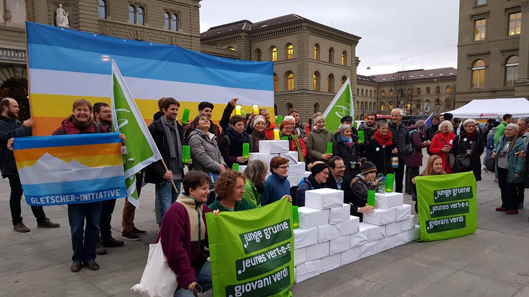 Für mehr Klimaschutz: Mehr als 110'000 Personen haben die Gletscher-Initiative unterzeichnet, die am Mittwoch in Bern eingereicht wurde.
