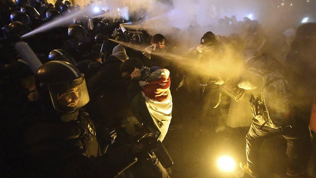 Die Polizei in Budapest geht mit Tränengas gegen Demonstranten vor, die gegen die Regierung protestieren.