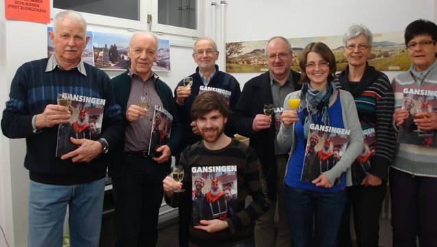 Gemeinsames Anstossen auf die 30. Ausgabe von «Gansingen» : Redaktionsgruppe, Layouter, Helferin und Drucker. In bester Stimmung wurde darauf die grosse Auflage für den Versand vorbereitet. zvg