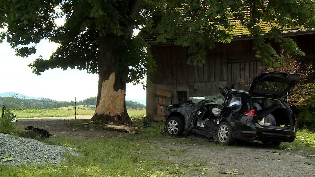 Mönchaltorf (ZH): Mann prallt frontal in Baum und stirbt