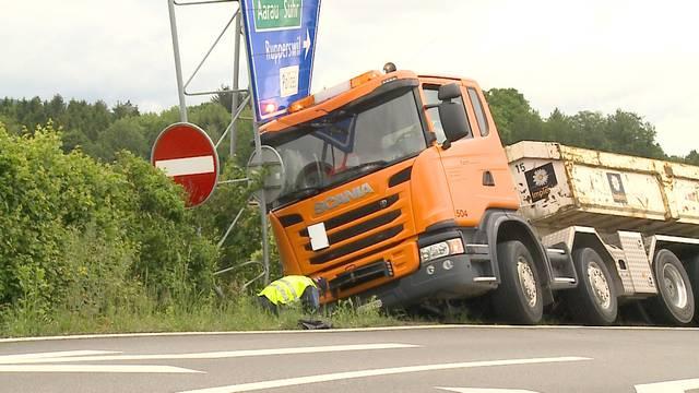 Bergungsarbeiten bei der A1-Ausfahrt Aarau Ost.