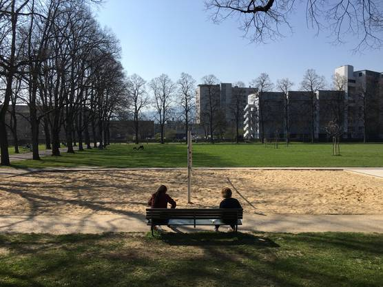 Devise Abstandhalten: Vorbildliche Szene auf der Josefswiese in Zürich.