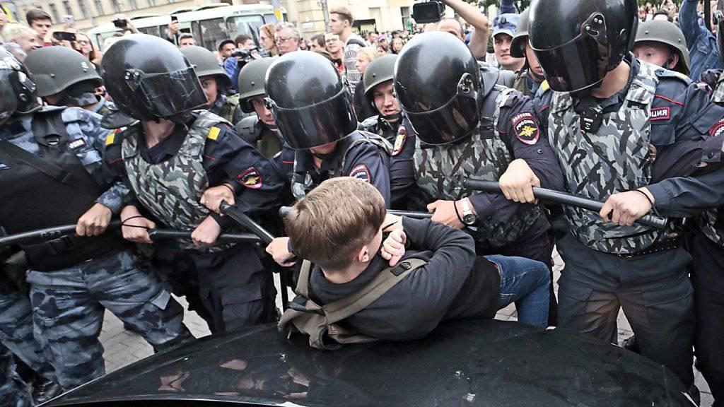 Robuster Einsatz fürs Vaterland: Russische Polizei in St. Petersburg macht Protesteilnehmer gegen die Rentenerhöhung unschädlich.