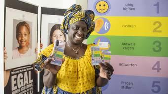 Fünf Tipps für problemlose Polizeikontrollen: Alima Diouf vermittelt.