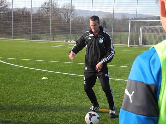Stefan Kohler zeigt den Teilnehmern des Soccer Camp die Technik am Ball