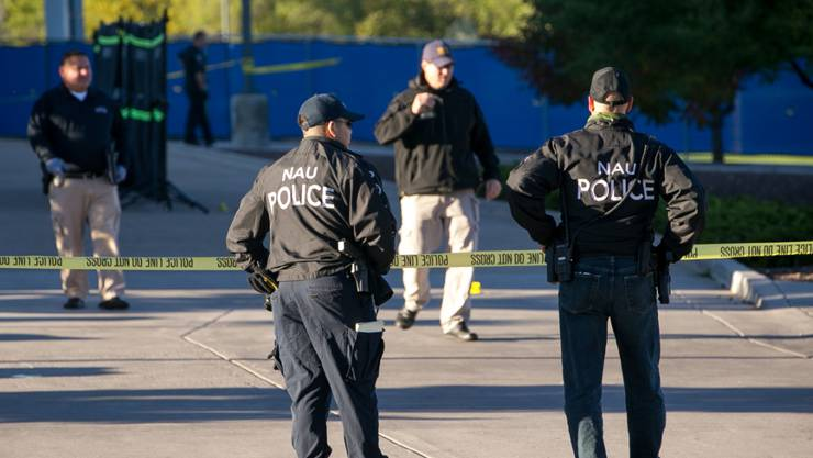 Die Polizei sperrt nach der tödlichen Schiesserei in der Northern Arizona University das Gelände ab.