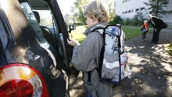 Viele Eltern chauffieren ihre Kinder zur Schule, weil sie mit den Schulwegen unzufrieden sind – Schulen und Gemeinden finden das kontraproduktiv.