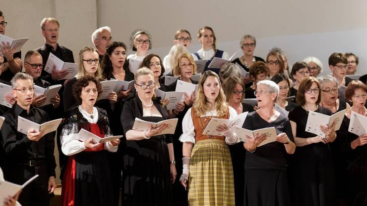 Der Schweizer Chor Interkultur beim Konzert: zwei der Altistinnen in Bündner Festtagstracht (links) und der Luzerner Tracht.